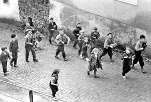 """""""Klabberjungen"""" in der Gasse 1961"""