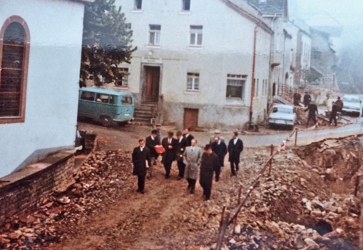 Regierungspräsident Konrad Schubach mit einer Besichtigungskommission vor der Bettinger Kirche
